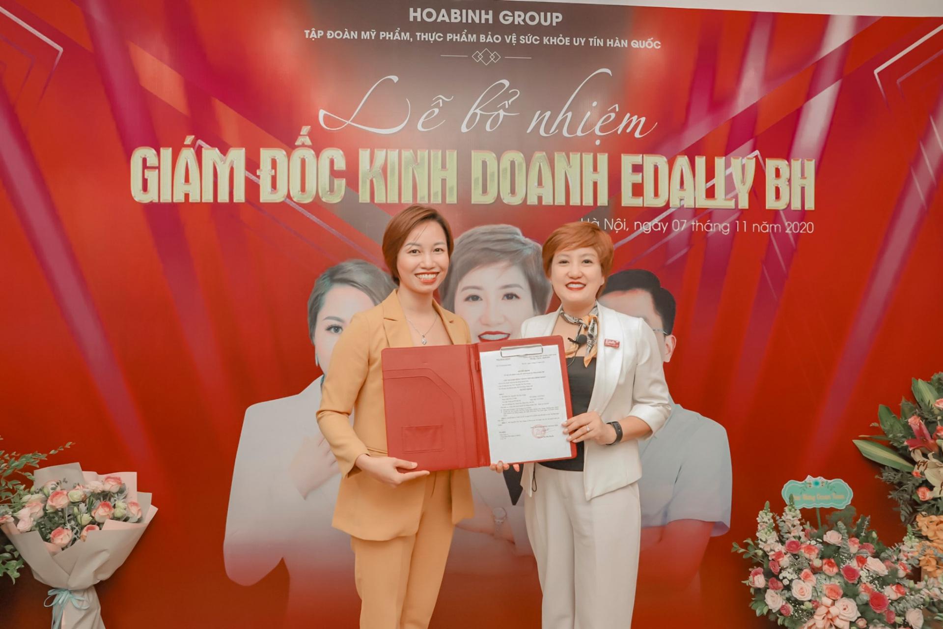 Chủ tịch Nguyễn Huyền trao chứng nhận giám đốc kinh doanh cho chị Nguyễn Thu Trang